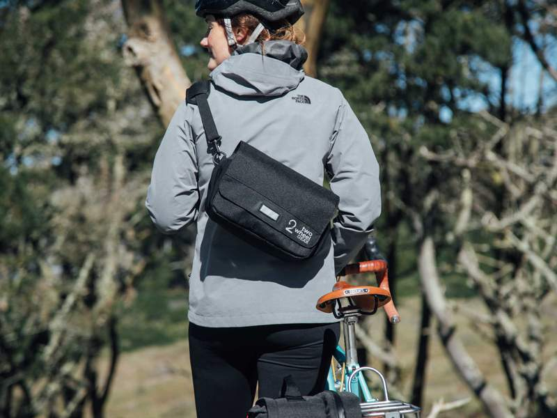Two_Wheel_Gear_-_Mini_Messenger_Handlebar_Bag_-_Black_-_On_Woman_Commuter_800x